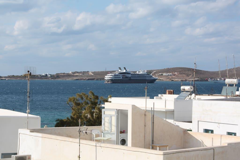 Vue seconde terrasses/belvédère. Vue mer et arrivée des ferries.