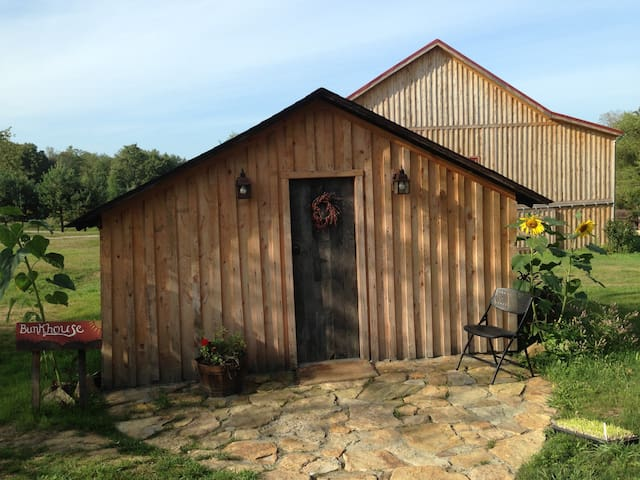 Bunkhouse Cabin at SanaView Farms - Champion - Hytte
