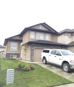 New, Spacious House with free taxi service - Edmonton