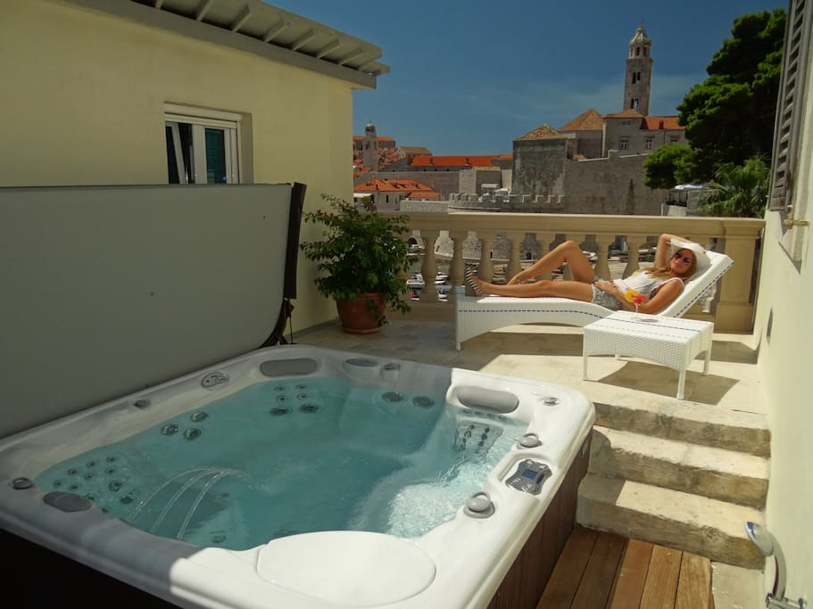 Jacuzzi tub in the garden area