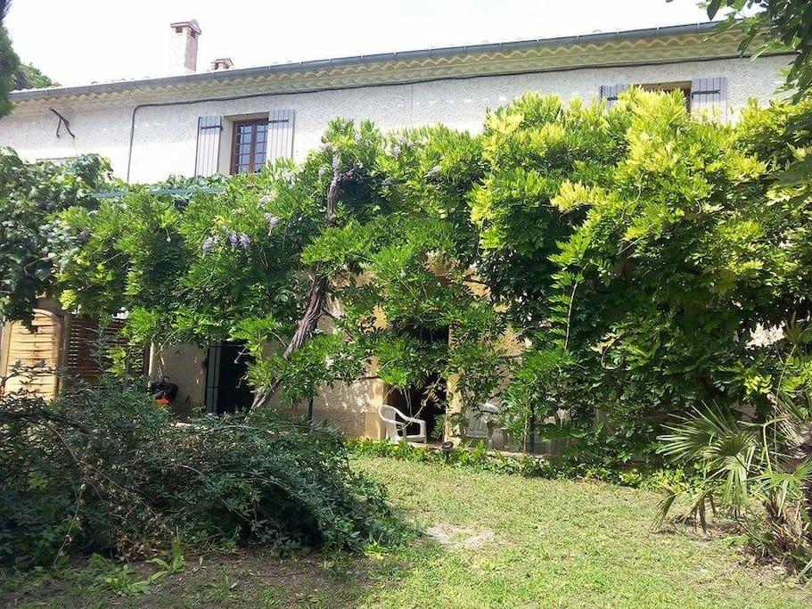 Maison avec jardin houses for rent in sernhac languedoc for Jardin google translate