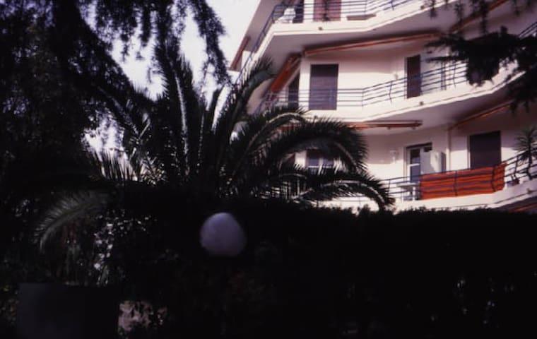 Vue extérieure. 2e étage sur 3. 3 sorties terrasse. Exposition sud et ouest. .