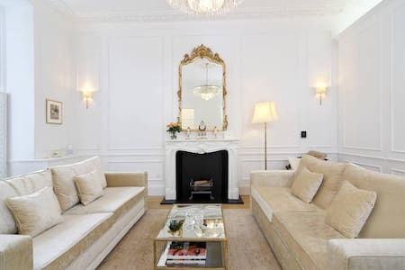 Glamorous 1BR Period Property in Kensington