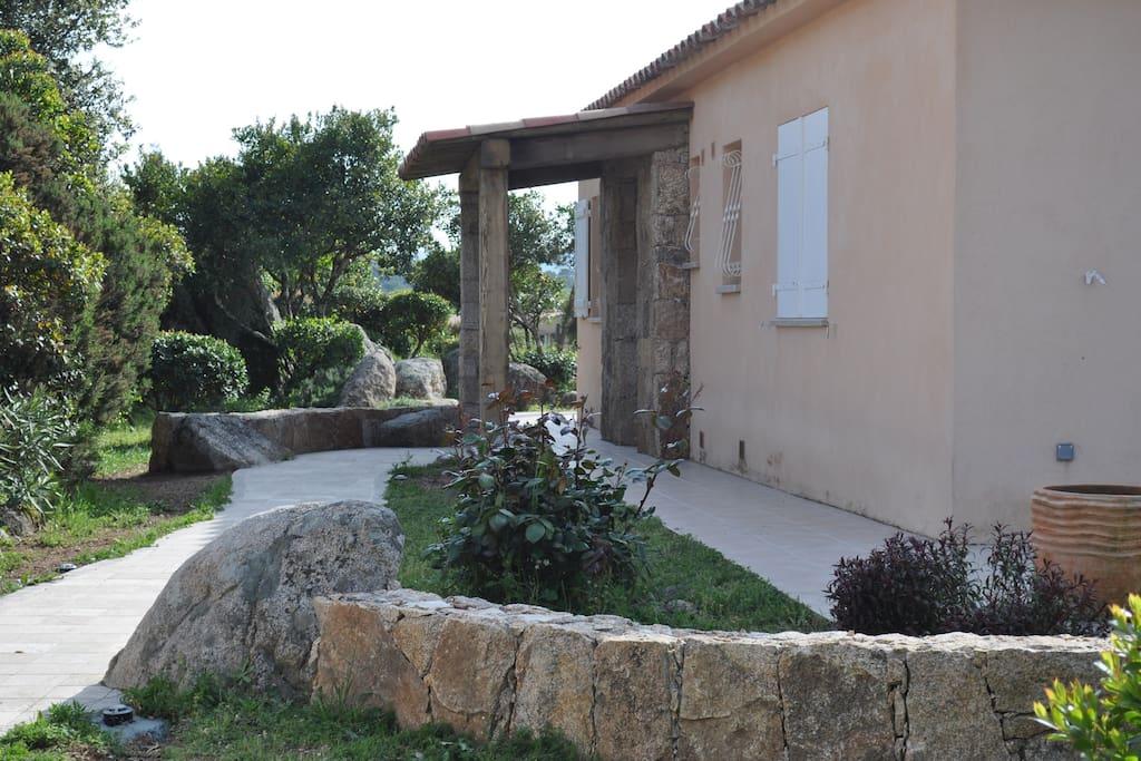 jardin extérieur pierres et maquis