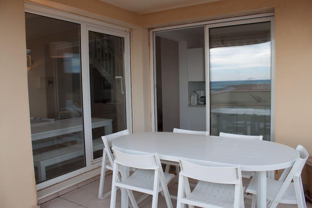 Terrasse avec auvent devant cuisine face à la mer