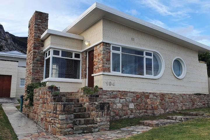 300 Steps - Quaint Art Deco Beach House