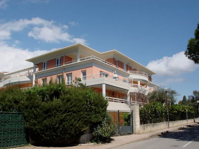Beautiful place very close  * minutes away * to Antibes, Juan les Pins and Cannes.