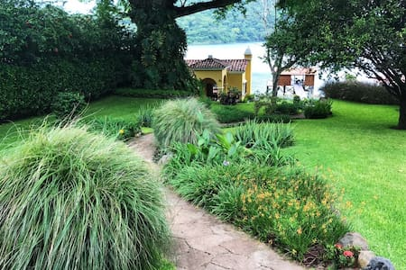 """""""Donde Rafa"""" located at Lago de Coatepeque"""