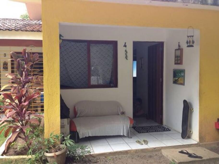 A casa fica localizada em local seguro em um condomínio com garagem e vizinhança divertida.