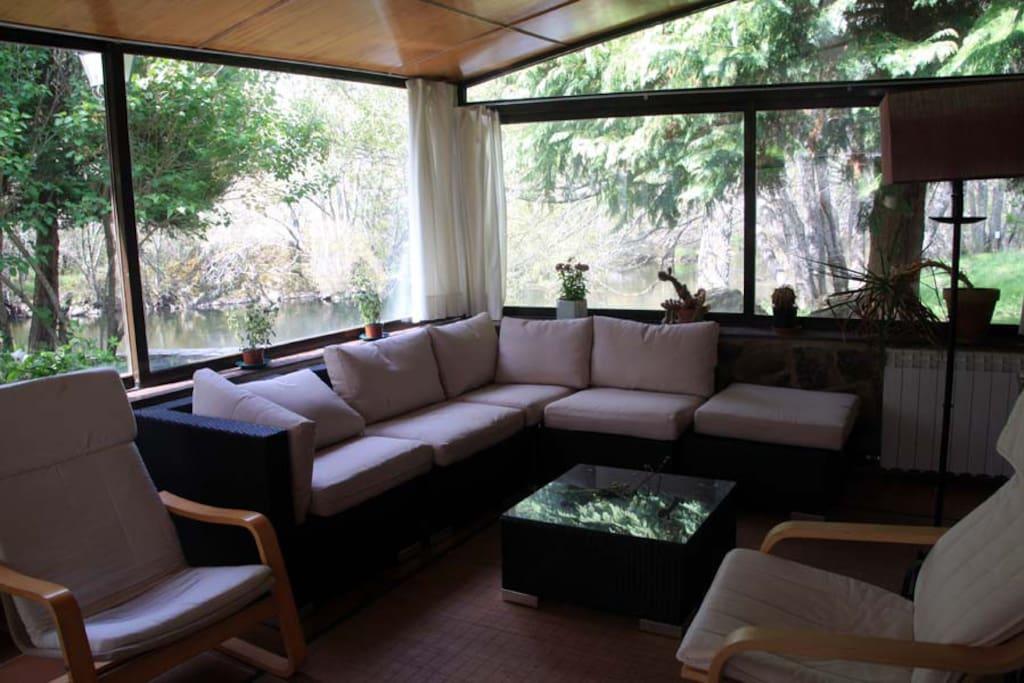Salón comedor en un mirador con vistas al río Tera.