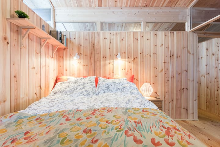 C1. Cozy and comfortable, double bed, 160 cm. The connecting bedroom is behind the wall.