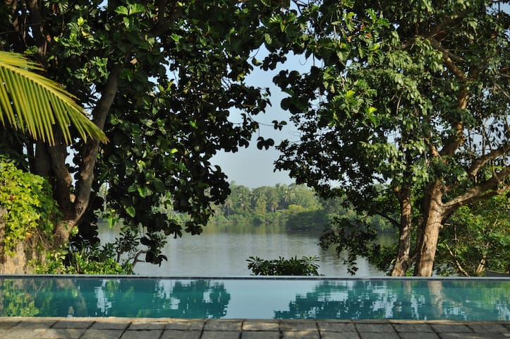 Hikkaduwa villa - Stunning lake views/sleeps 6