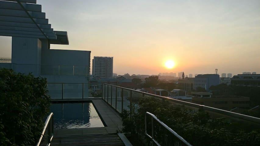 Skyroom w a pool & jacuzzi (near MRT)