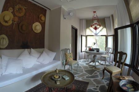 Lovely bedroom in a B&B - Neos Marmaras - Bed & Breakfast