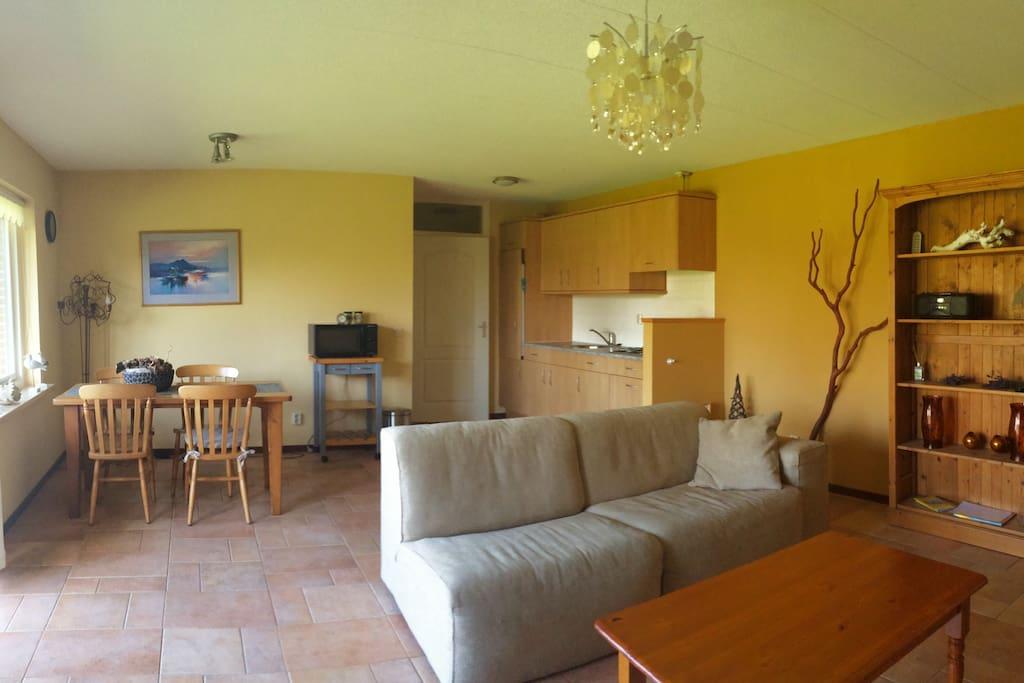 Dit vakantiehuis (appartement) biedt veel privacy, heeft een eigen terras en omringd door parkachtige tuin en nabij gelegen natuurvijver