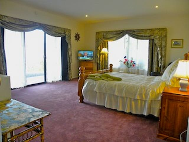 5 Star, Luxury suite with 14ft swim spa - Huonville - Bed & Breakfast