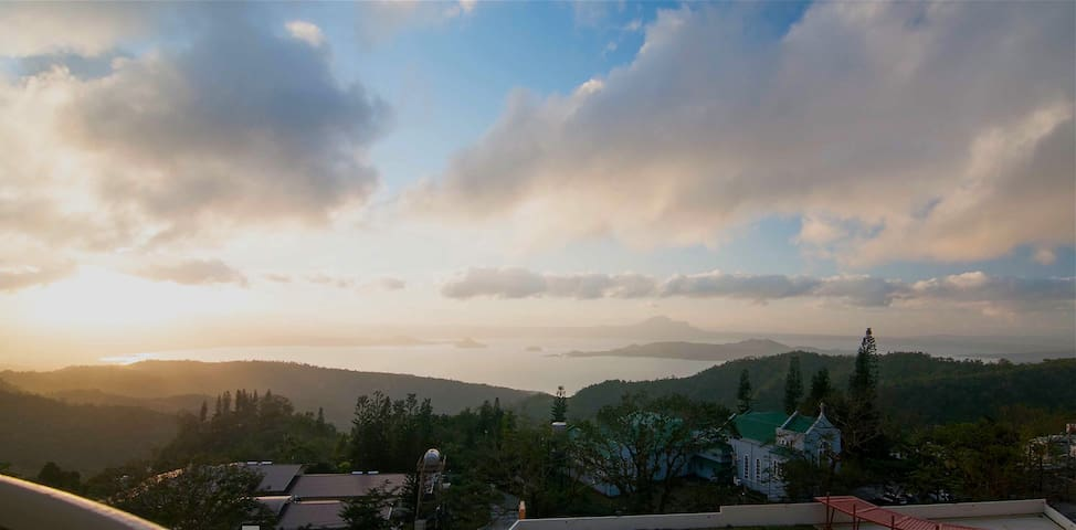 Modern Tagaytay Unit Overlooking Taal with Netflix
