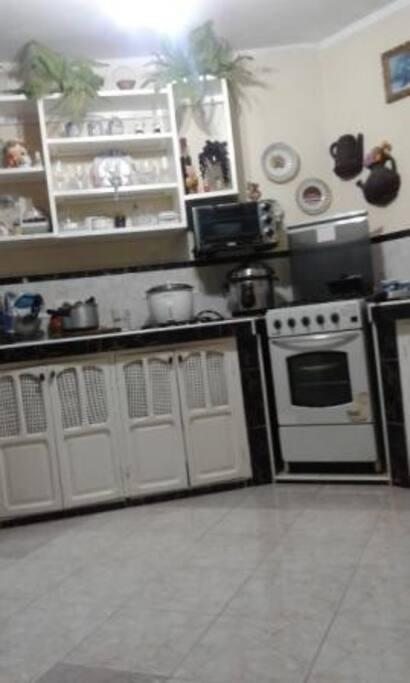 Cocina con todos los utiles para las mejores comidas,con fogon de gas por si desea cocinar y refrigerdor.