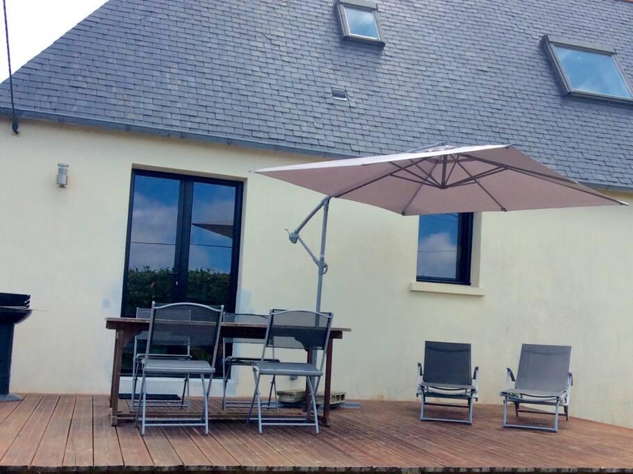 Terrasse très ensoleillée de midi jusqu'au soir , parfaite pour une petite sieste et pour les grillades estivales . Équipement fourni . Accès buanderie ,lave linge ,fil à linge extérieur et tancarville intérieur .