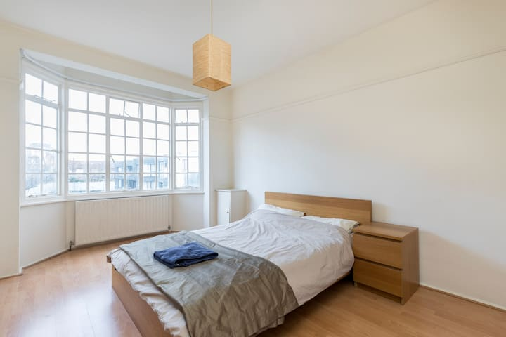 Bright spacious double room in convenient location - Londres