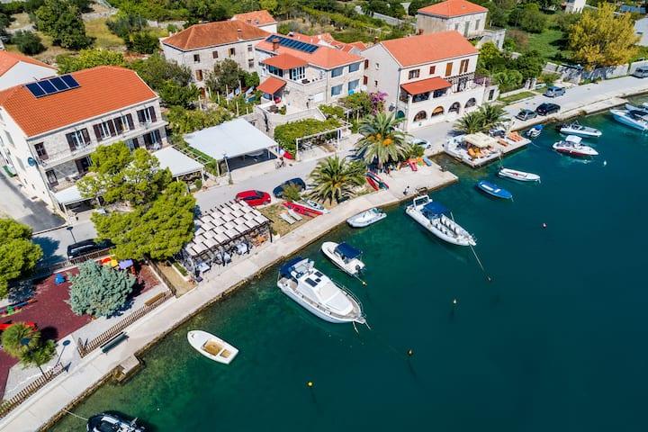 R6)  Villa Leona 10 m from the sea