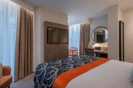 Stylish Double Room Near Dartmouth Square