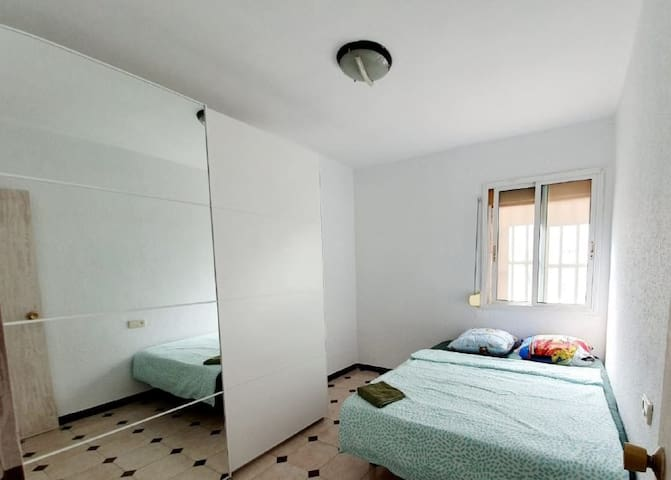 doubl bed privat room. 15 min to tlv center.