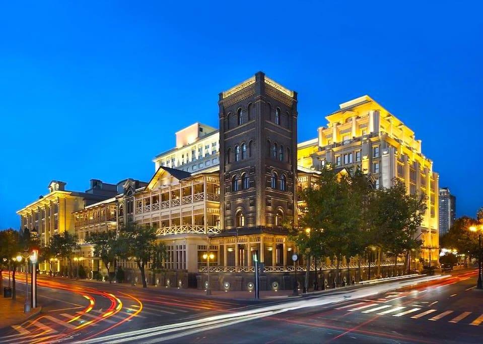 利顺德大饭店地理位置绝佳,伫立于美丽的海河岸边,背靠金融街、市委花园