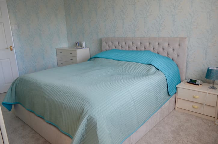Large DOUBLE Bedroom with PRIVATE En-Suite:)