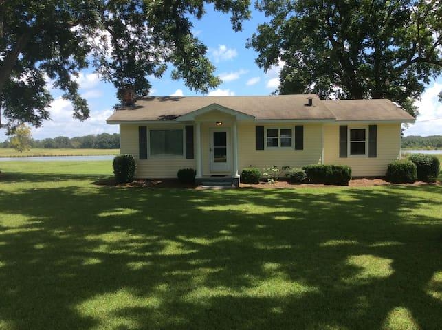 Lakeside Cottage convenient to Montgomery,  Auburn