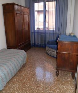 """""""Casa Sara"""" in zona centrale per 1 ospite - Forli - House"""