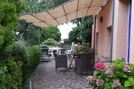 Appartamento in villa con terrazzo e giardino.