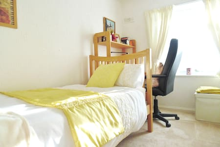 In Demand! Bright, Sunny room, 20 min from centre.