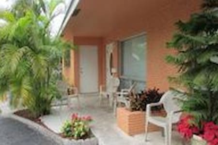 SunnyHome 1.5 Miles From The Beach1 - Fort Lauderdale - Bed & Breakfast