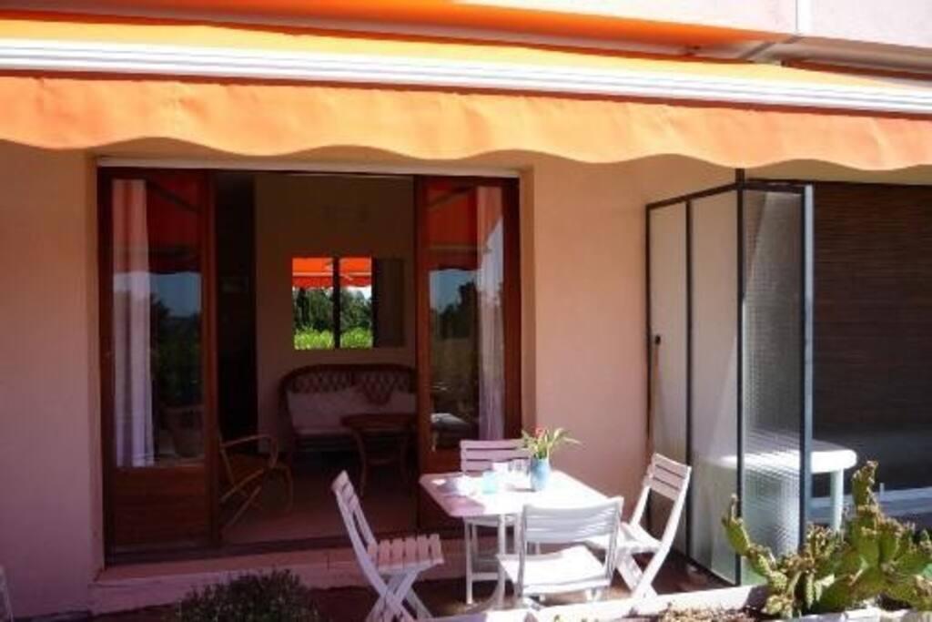 Une jolie vue depuis la terrasse pour prendre ses repas ou se prélasser!