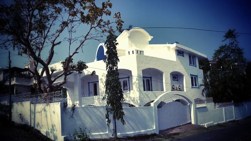 Tranquille; Big White Goa House! - Bogmalo - Vila