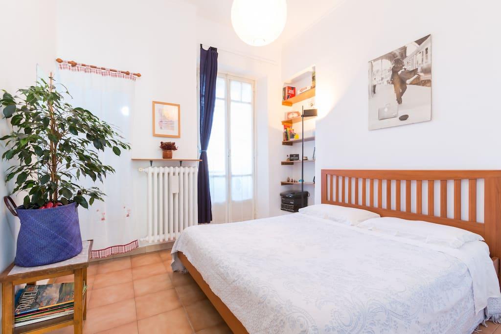 accogliente camera da letto matrimoniale con cabina armadio