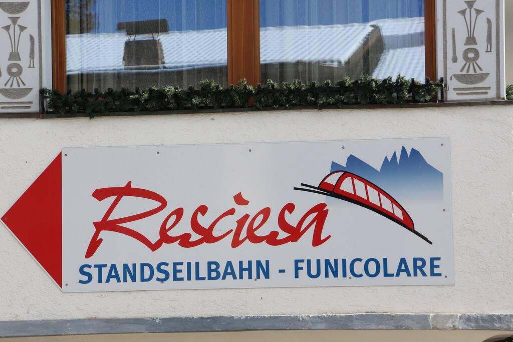 Come arrivare: appena si raggiunge il paese di Ortisei-Centro, seguire le indicazioni stradali (colore marrone) per funicolare Resciesa. La casa si trova a 50 m. dalla funicolare.
