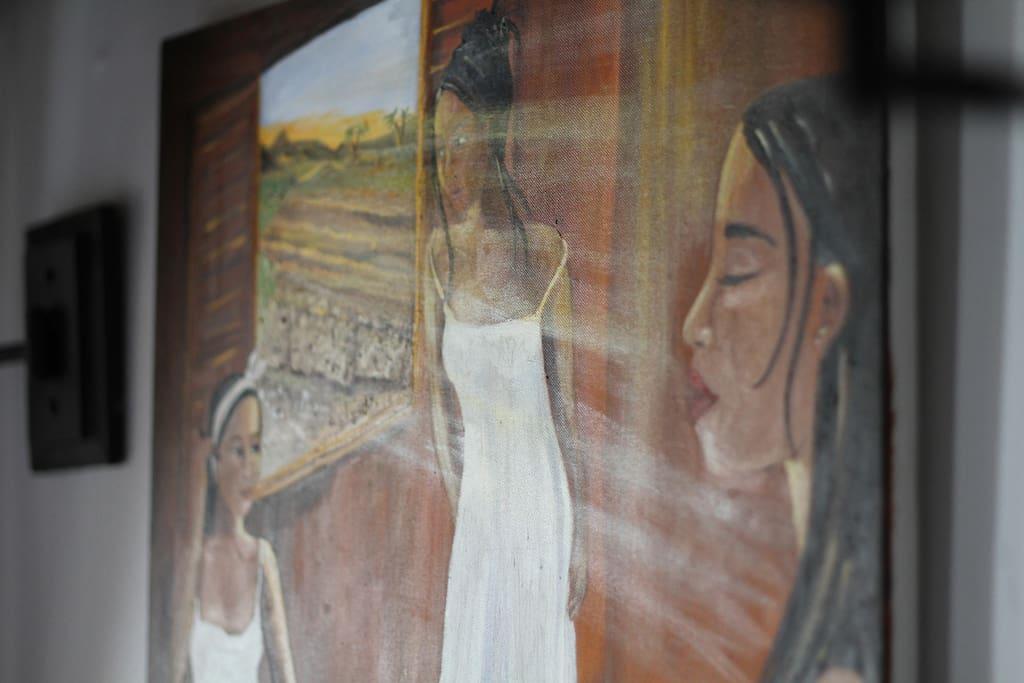 Una imagen de la artista Linda Caparo. Disfrutaras sus obras en varios rincones del Hotel. Este cuadro es parte de la decoración de la habitación.