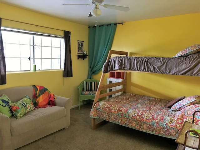 Bright n Cozy Bedroom, Sleeps 4!