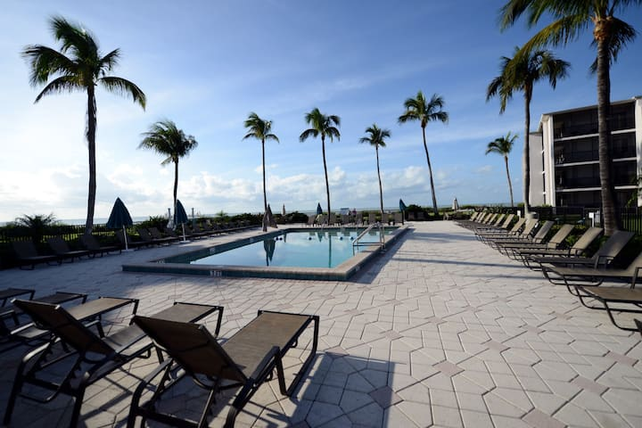 SUNDIAL F207 one bedroom beachfront complex on Sanibel
