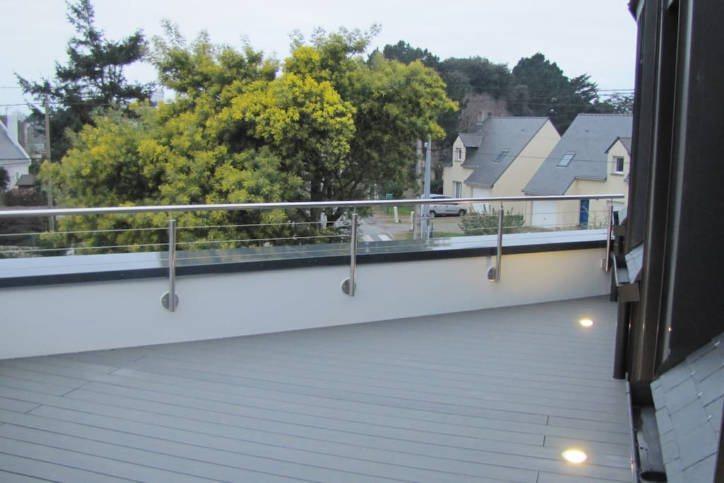 Terrasse des petits déjeuners accès aux 2 chambres et à la cuisine et solarium l'après midi.