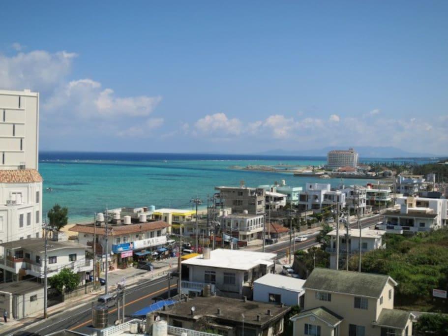 部屋からの眺望。エメラルドグリーンとコバルトブルーの海。