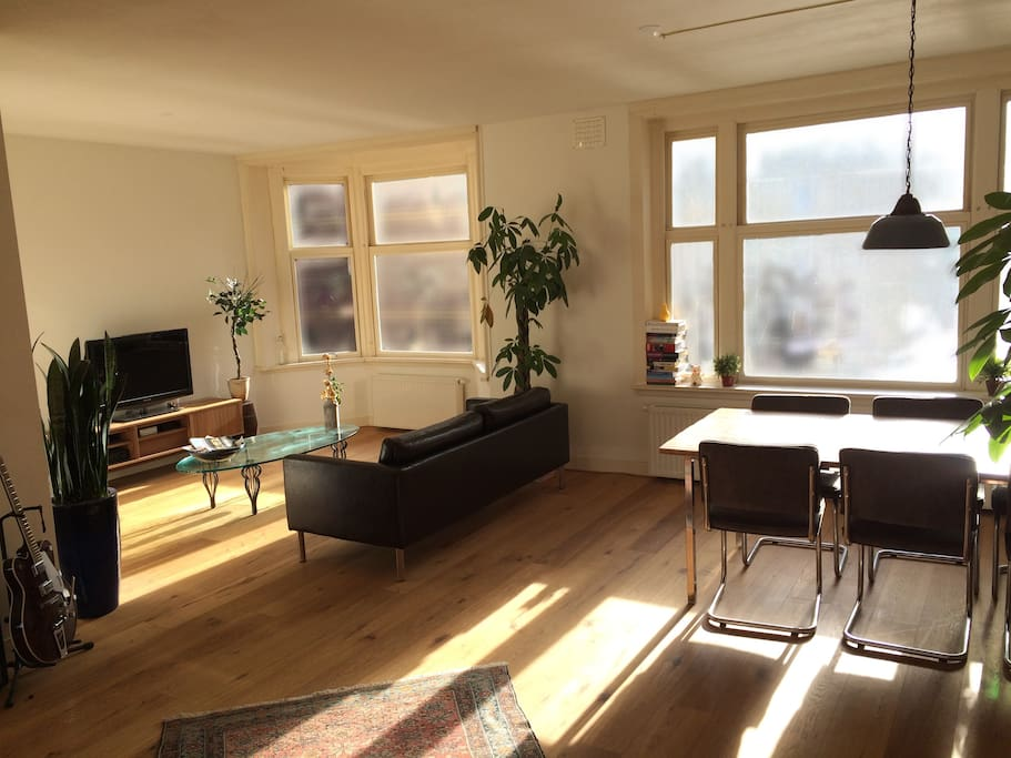 Spacious living room to relax before and after your day in the city.