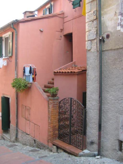 La entrada a la casa, pintada en color caldero, tan típica de la zona