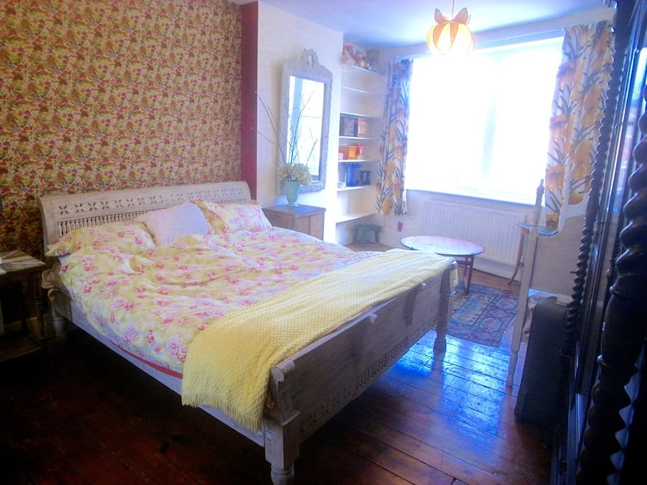 Kingsize bed, bay window, handprinted wallpaper,