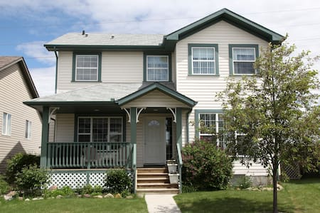 Quiet Chestermere home - Chestermere