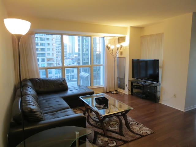 Huge 1400sqft 3BR Condo At Subway!