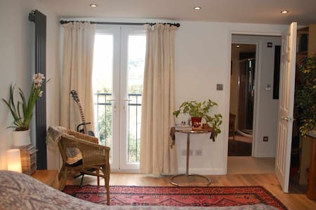 Artists Loft Space, Double Room + private ensuite - Harrow - Haus