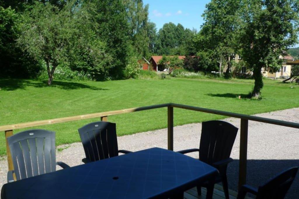 Uteplats med tillgång till grill. Utsikt över den stora gräsmattan som är perfekt för lek och bus.